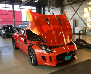 Auto import service van een Jaguar F-type Cabrio.